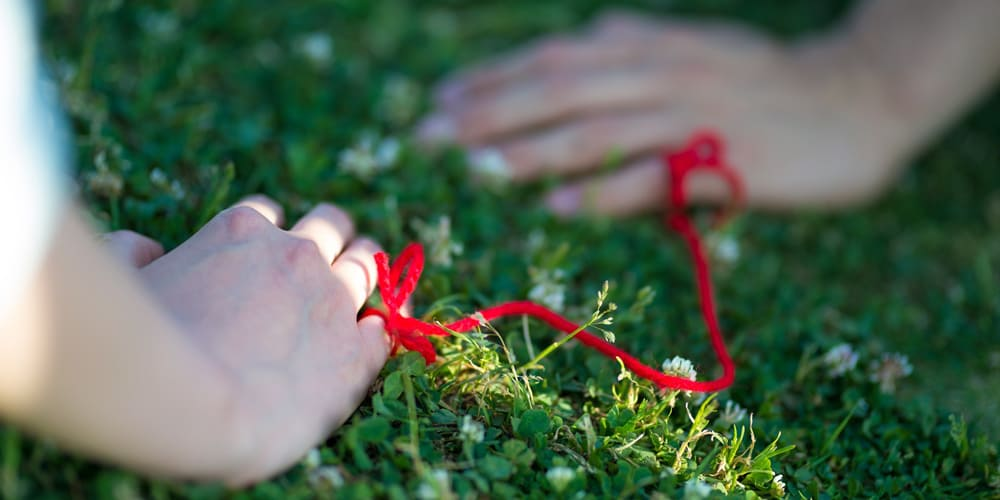 赤い糸で結ばれた二人の画像